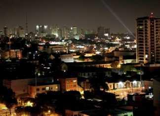 Vista parcial de Manaus durante a noite.
