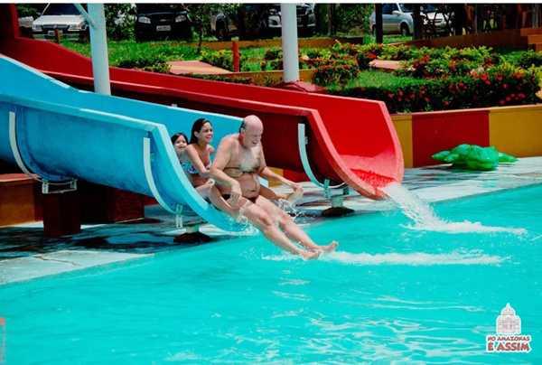 Parque aquático com Toboágua, piscina e Tramporio