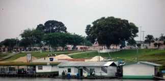Em frente a Cidade de Maraã ,no Rio Japurá