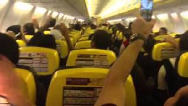 Piloto da RyanAir grita VAI GALO em voo!!!