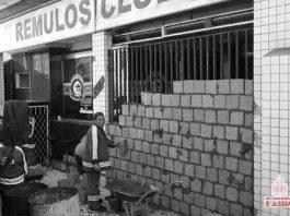 Funcionários da prefeitura lacram a entrada da Remulo's com tijolos