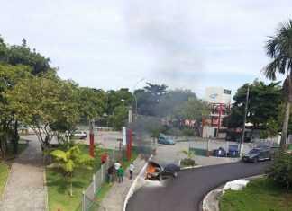 Carro pega fogo no Parque Ponte dos Bilhares foto : Renato Mendonça