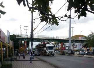 Flagra caminhao na passarela em Manaus