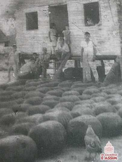 Os Soldados da Borracha sobreviventes se tornaram vítimas de um sistema de escravidão por dívida (Aviamento).