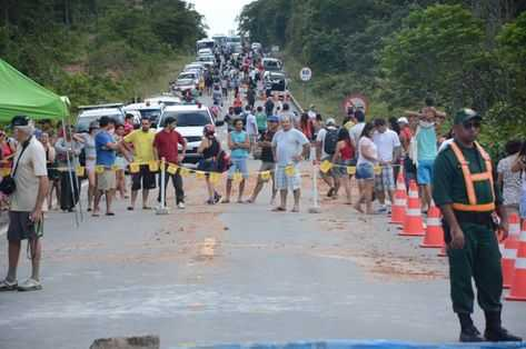 A cada dia aumenta o número de pessoas isoladas pelo desmoronamento da 174 e situação só deve se agravar (Érica Melo)