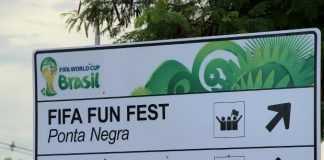 Placa informativa Bilíngue trazia 'Fifa Fun Fest' no lugar de 'Fifa Fan Fest' (Foto: Marcos Dantas/G1 AM)
