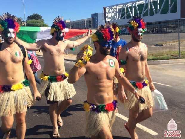 Italianos se vestem de índios para ver partida Itália X Inglaterra (Foto: Diego Toledano)