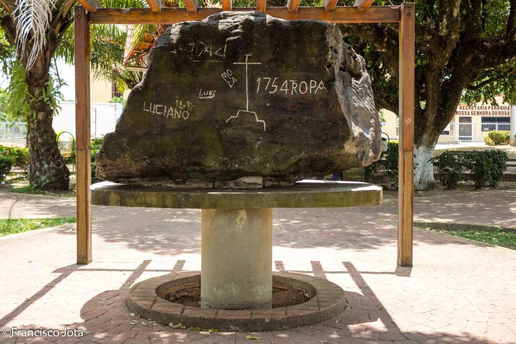 SÍMBOLO-MÓR DA CIDADE Pedra lavrada, gravado, pintada, escrita ou esculpida – Tupi (1744 +1754 TROPA) Originalmente trata-se de uma rocha do tipo arenito da formação geológica alter do chão. Encontrada nas proximidades do porto do Bairro do Jauary, lugar de origem da pedra histórica, a qual se encontra hoje na praça da Catedral da cidade de Itacoatiara.