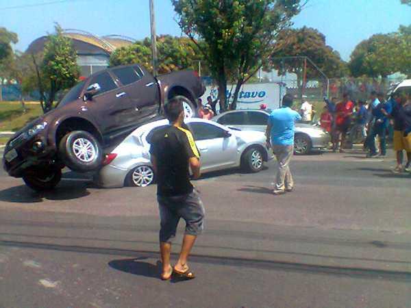 Acidente: picape atravessa pista e vai parar sobre outro veículo na Cosme Ferreira