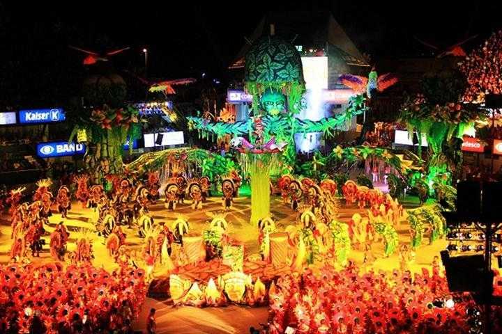 Resultado de imagem para festival folclórico de parintins no amazonas é assim