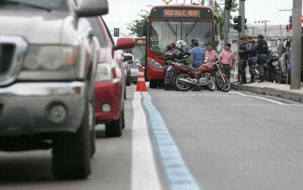 Conforme a Cicom, o veículo articulado da linha 500 pertencente à empresa Eucatur, trafegava na Faixa Azul e não conseguiu frear a tempo. Foto: Jair Araújo