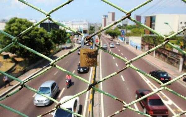 """Cadeados do amor"" chegam a passarela da Djalma Batista"