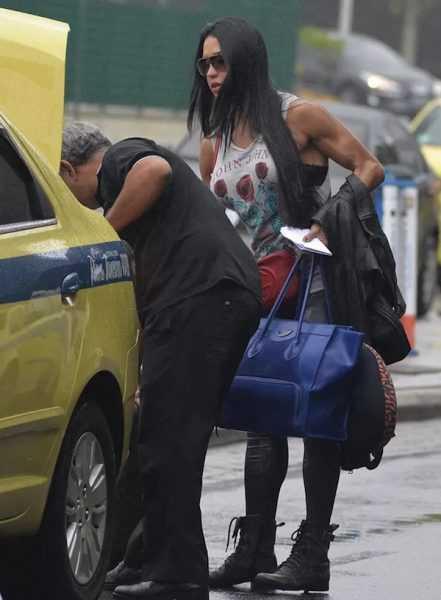 Gracyanne Barbosa chama atenção com calça 'vestida à vácuo' em aeroporto
