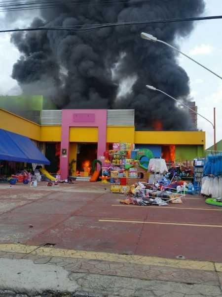 Incêndio Loja de Brinquedos no Vieralves / Foto : Cantoná