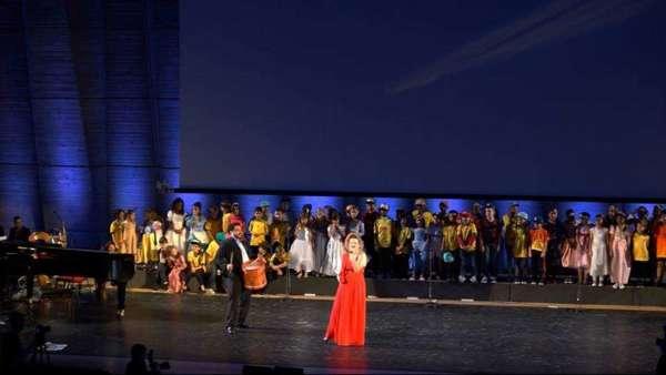Foto: Karine Aguiar e Ygor Saunier apresentando a musica amazonense no palco da sede mundial da UNESCO em Paris/França.