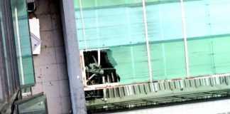 Rombo deixado em telhado por onde passou o corpo da vítima de possível suicídio