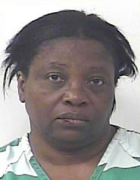 Mulher é presa depois de bater no marido que soltava pum na cama