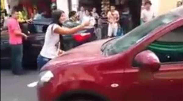 Mulher flagra marido com amante e faz barraco no meio da rua