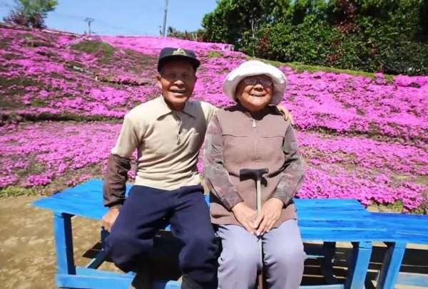 Marido passa dois anos plantando flores para que esposa cega sinta o cheiro