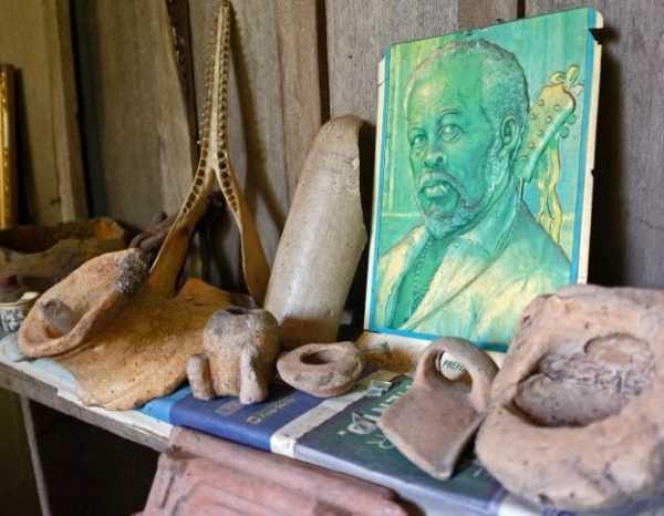 Em sua pequena casa de madeira, de apenas três cômodos e chão de terra, montou um pequeno museu onde reuniu objetos históricos recolhidos nas imediações.