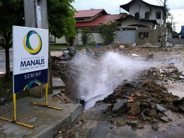 Tubulação rompida na Rua das Papoulas, Conj. Tiradentes, Zona Leste de Manaus. Foto: Ive Rylo