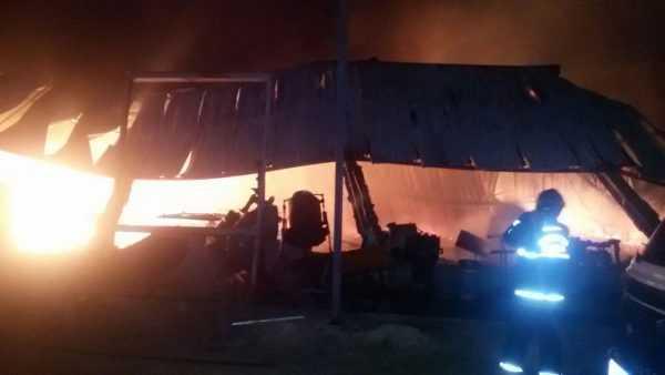 Incêndio destrói galpão na Avenida do Turismo (5)