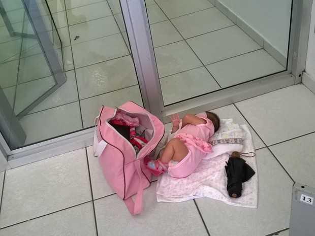 Mãe põe bebê no chão depois de ser barrada ao entrar em banco