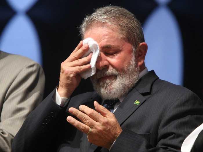 O ex-presidente Lula é alvo de um mandado de condução coercitiva e será obrigado a prestar esclarecimentos aos investigadores. Leia mais sobre esse assunto em http://oglobo.globo.com/brasil/pf-faz-buscas-na-casa-de-lula-leva-ex-presidente-para-depor-18802540#ixzz41w2xndWY © 1996 - 2016. Todos direitos reservados a Infoglobo Comunicação e Participações S.A. Este material não pode ser publicado, transmitido por broadcast, reescrito ou redistribuído sem autorização.