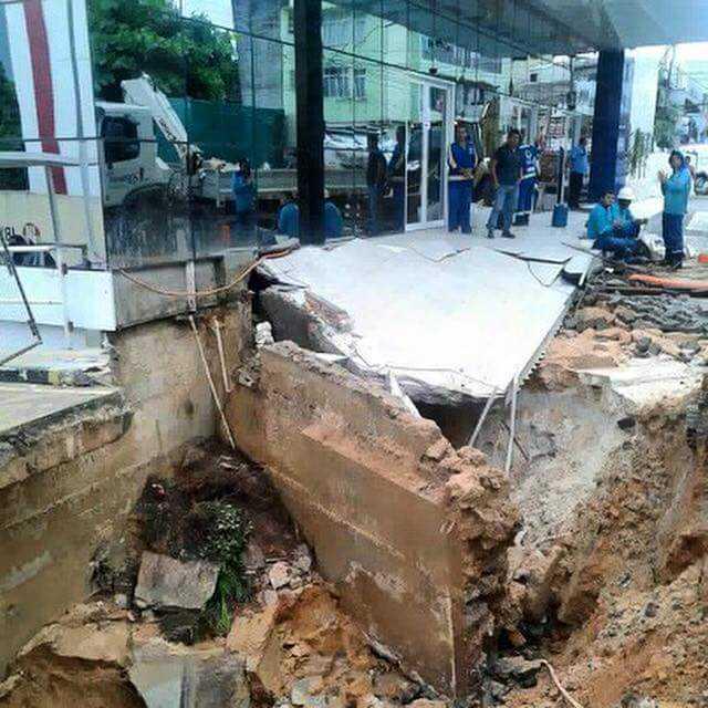 Cratera coloca prédio em risco de desabamento