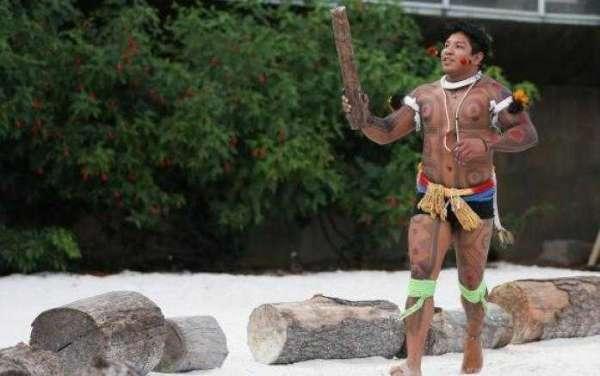 Kamukaiká Lappa Yawalapíti ensaia para levar a Tocha Olímpica no trajeto interno do Memorial dos Povos Indígenas. Foto: Marcello Casal Jr/Agência Brasil