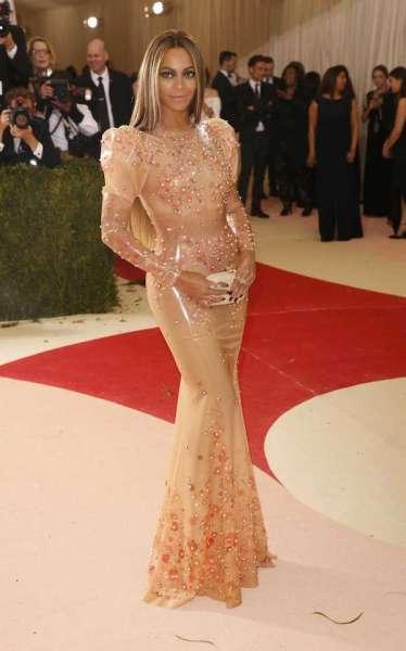 """Beyoncé usou lubrificante para entrar em vestido """"camisinha"""""""