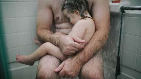 Facebook remove foto de pai segurando filho no banho e mãe reclama