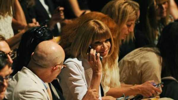 A editora-chefe da revista 'Vogue' americana, Anna Wintour, é vista com um velho e bom flip phone
