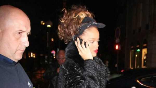 A cantora Rihanna também prefere um modelo antigo de celular