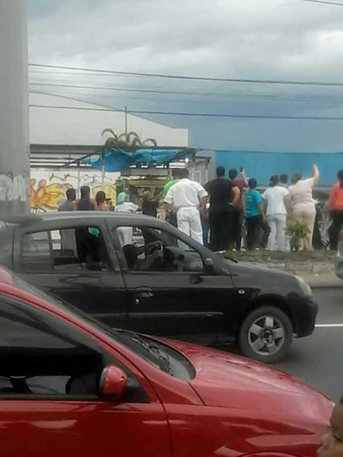 Funcionários do Hospital Platão Araújo deixam postos de trabalho para ver a Tocha passar