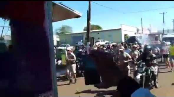 Homem é preso após tentar apagar Tocha Olímpica com balde d'água