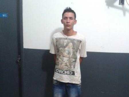 Jovem foi preso após tentar apagar a tocha - Foto: Marcaju Speed