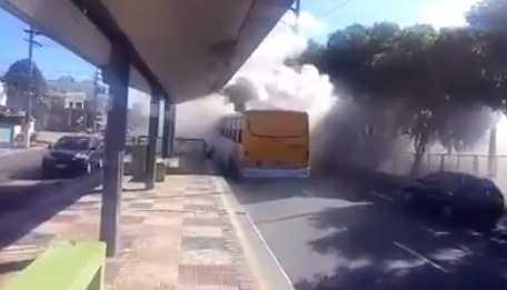Um ônibus pegou fogo em frente a Mini Vila Olímpica do Coroado