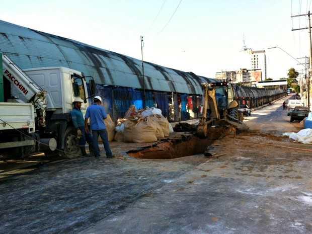 Tubulação se rompe na Av. Constantino Nery e causa caos no trânsito de Manaus / Foto: Suelen Golçalves