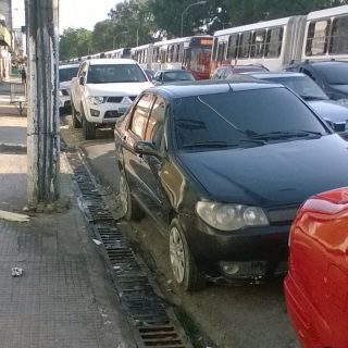 Tubulação se rompe na Av. Constantino Nery e causa caos no trânsito de Manaus