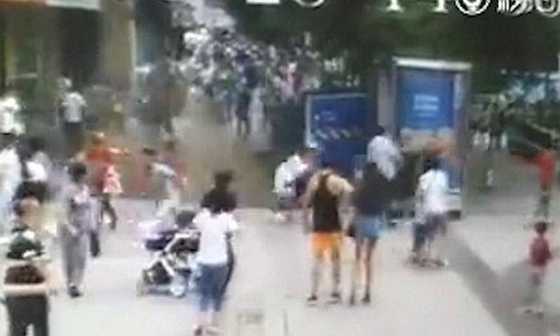 Buraco se abre em rua movimentada e engole duas pessoas