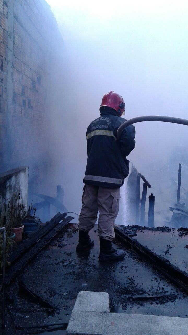 Cadeirante morre durante incêndio de grandes proporções em Manaus / Imagens de divulgação