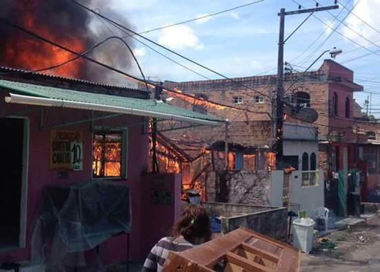 Cadeirante morre durante incendio de grandes proporcoes em Manaus (4)