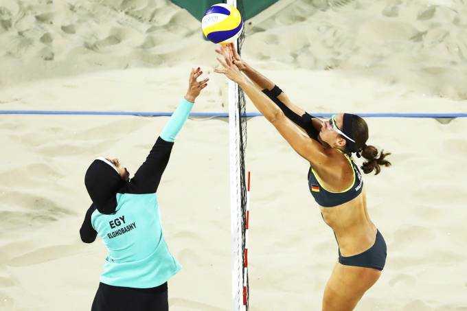 Enquanto a alemã Kira Walkenhorst veste um biquíni, do outro lado da rede está Doaa Elghobashy, atleta de 19 anos que usa hijab e calça em respeito à sua religião (Lucy Nicholson/Reuters)