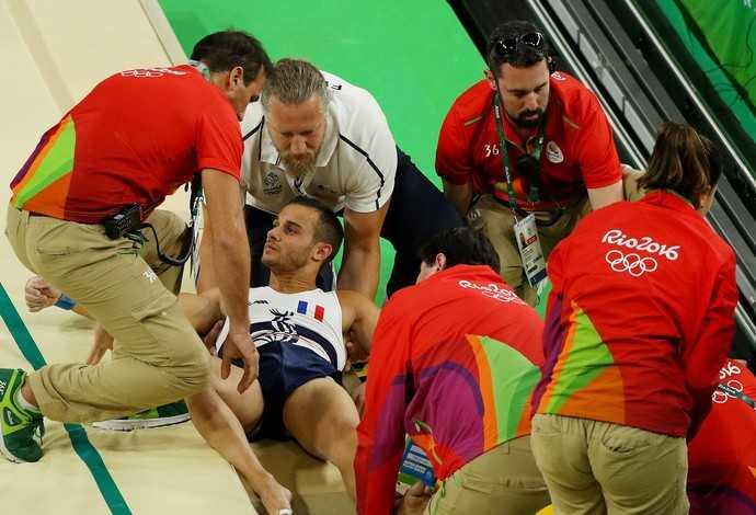 Ginasta francês sofre fratura grave após salto