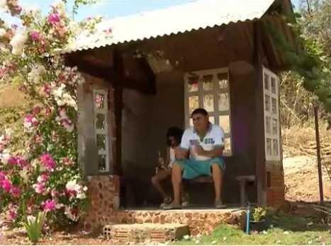 Pai constrói casa para filha esperar ônibus escolar e se abrigar de sol e chuva