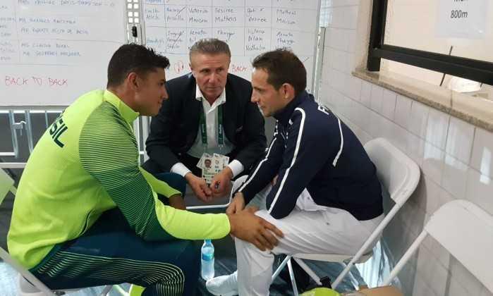 Thiago Braz consola o francês Renaud Lavillenie, observados por Sergey Bubka - COI / Reprodução