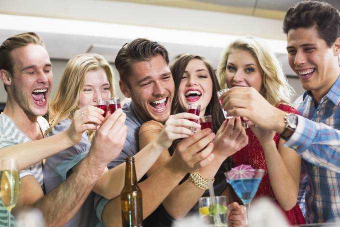 Companhia pode influenciar o quanto de álcool que vai beber