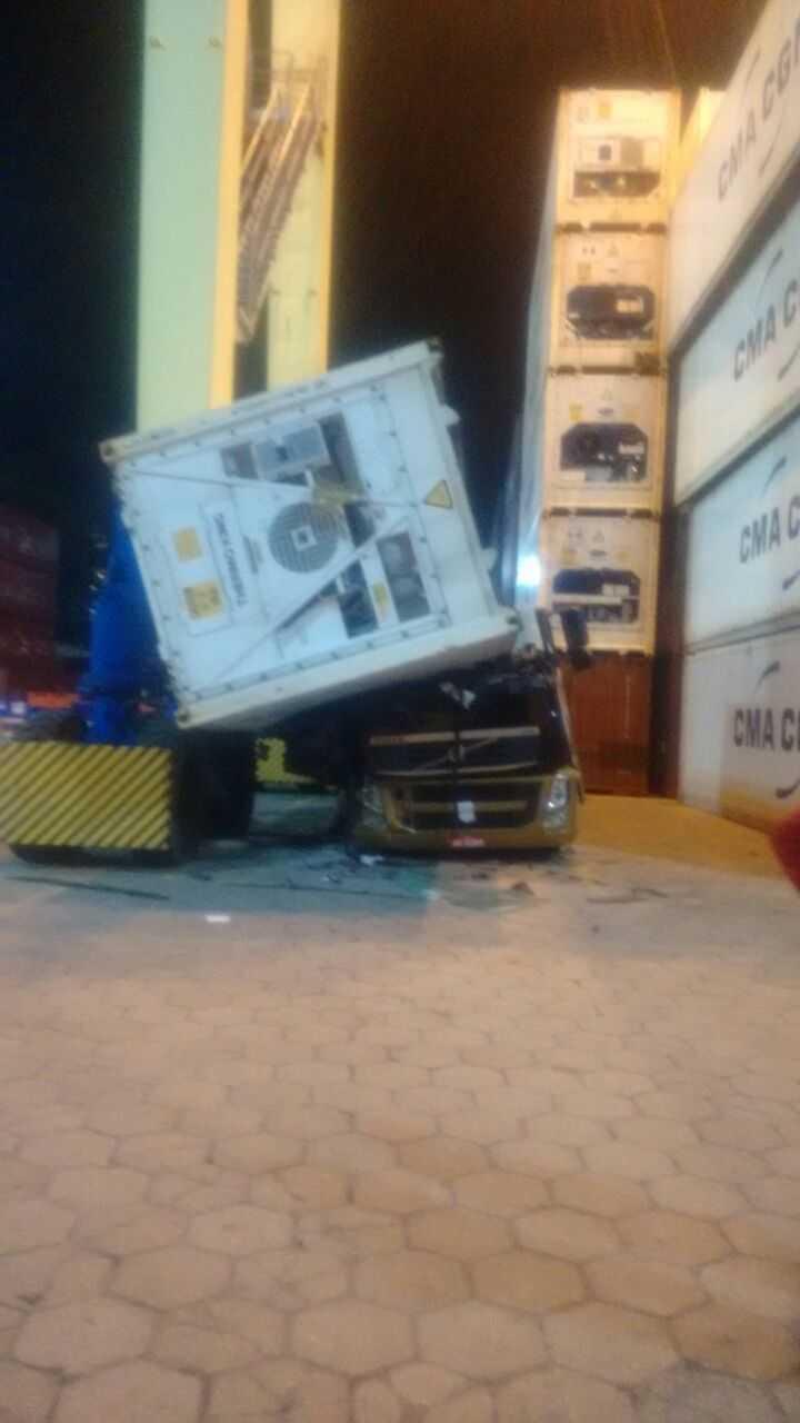 Contêiner cai e esmaga carreta no Porto Chibatão