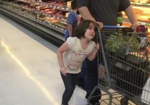 Pai amarra filha pelo cabelo a carrinho de supermercado e revolta internautas